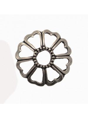 Accessorio a forma di fiore con petali traforati e foro centrale, 32x32 mm.