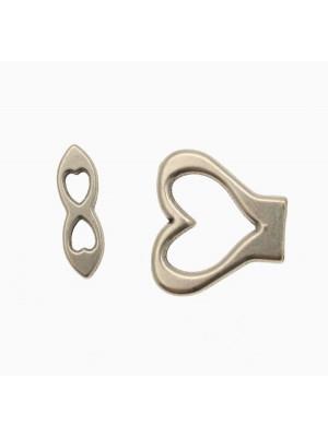 Chiusura per cordoncino piatto, a forma di cuore stilizzato, 27x26 mm.