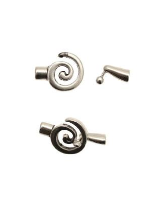Chiusura ad incollo, per cordoncini tubolari, a forma di spiarale, con chiusura ad incastro, 21x28 mm.