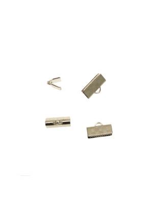 Confezione da 2 pezzi del finalino ferma nastro zigrinato, con graffette finali e anello, per nastri alti 13 mm.