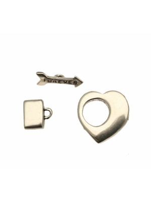 Chiusura a T per cordoncino piatto, a forma di cuore più freccia, 23x25 mm.