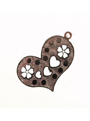 Ciondolo a forma di cuore sottilissimo in filigrana con 3 cuori e 2 fiori disegnati 25x15 mm.