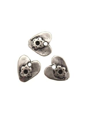 Ciondolo a forma di cuore piatto martellato con fiore 11 mm.