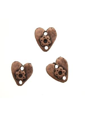 Ciondolo a forma di cuore piatto martellato con fiore e un foro sotto e uno sopra 11 mm.