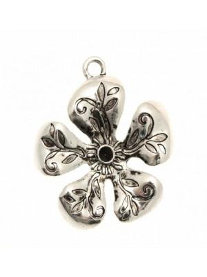 Ciondolo a forma di fiore a rilievo pieno con porta strass (PP28 o PP30) centrale 35 mm.