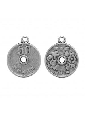 Ciondolo a forma di medaglia, con 50 disegnato su un lato e fiori sull'altro, 24x20 mm.