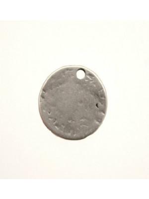 Ciondolo a forma di medaglia martellata con 1 foro 18 mm.