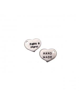 """Ciondolo a forma di medaglia a cuoricino con scritta """"HAND MADE"""" su un lato e """"Fatto a mano"""" sull'altro lato, 13x11 mm."""