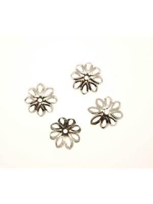 Coppetta filigranata a forma di margherita, con petali traforati, diametro 14 mm.