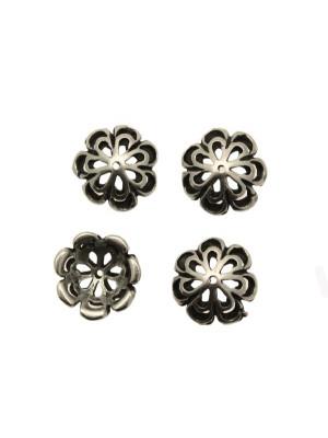 Coppetta tonda a forma di fiore grande con doppi petali traforati, diametro 15 mm.