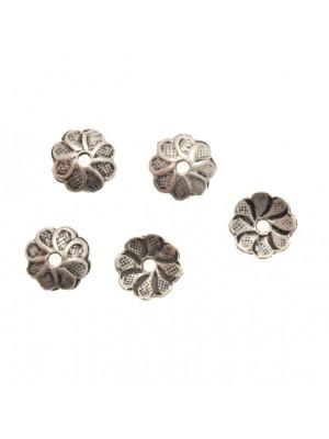 Coppetta tonda a forma di margherita martellata, diametro 10 mm.