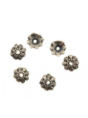 Coppetta tonda a forma di margherita, con i petali marcati e lavorati, diametro 10 mm.
