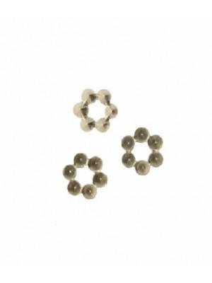 Filigrana porta strass a forma di fiorellino con foro centrale, 9 mm.