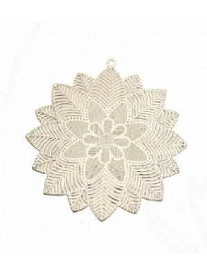 Filigrana tonda piatta sottile, con fiore centrale e foglie a raggiera, con anello in alto, 50x53 mm.