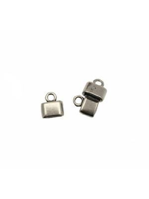 Terminale per cordoncini o nastri piatti, di forma rettangolare, liscio, con anello finale, 12x14 mm.