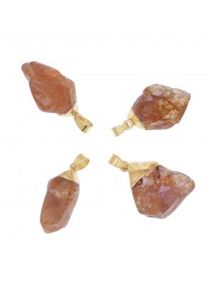 Ciondolo irregolare di pietra dura, colore Corniola, 14-21x33-39 mm, base colore Oro Lucido