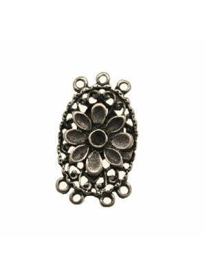 Base per orecchino a forma di ovale lavorato con fiore centrale in rilievo, largo 19 mm., lungo 32 mm.