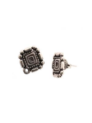 Perno a forma di rombo lavorato, largo 15 mm., lungo 17 mm., con un anellino chiuso sotto