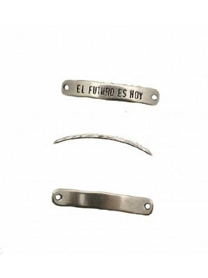 """Elemento per bracciale rettangolare con angoli smussati, leggermente bombato, e scritta """"EL FUTURO ES HOY"""", 7x40 mm."""