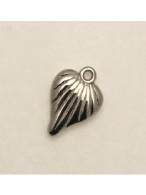 Ciondolo a forma di cuore rigato piatto 15x18 mm. in resina