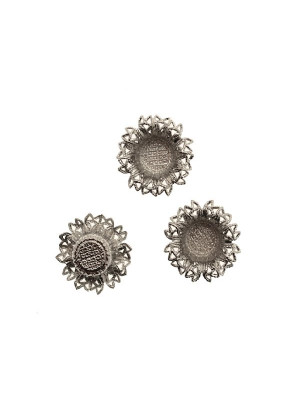 Porta cabochon tondo da 16 mm., a forma di fiore filigranato, largo 20 mm., alto 7,3 mm.
