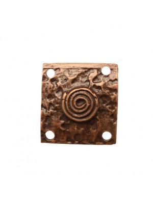 Quadrato martellato, con disegno girandola al centro, con quattro fori negli angoli, 22x22 mm.