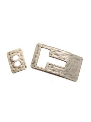 """Chiusura per cordoncino in pelle piatto, a forma di rettangolo martellato con foro a """"T"""", 37x18 mm."""