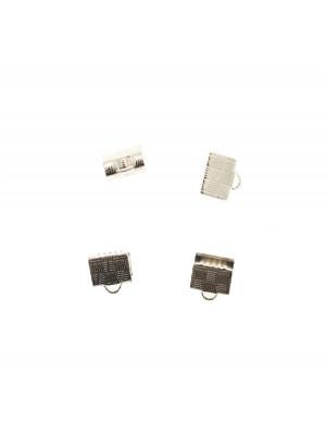 Confezione da 2 pezzi del finalino ferma nastro zigrinato, con graffette finali e anello, per nastri alti 7 mm.