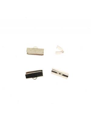 Confezione da 2 pezzi del finalino ferma nastro zigrinato, con graffette finali e anello, per nastri alti 15 mm.