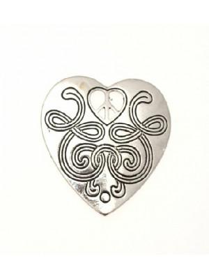 Ciondolo a forma di cuore pieno poco bombato con cuore traforato con segno della pace 36x47 mm.