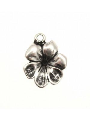 Ciondolo a forma di fiore con 6 petali uniti e senza pistillo 17x19 mm.