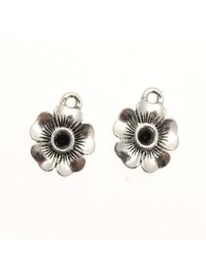 Ciondolo a forma di fiorellino con porta strass (PP28 o PP30) centrale e petali rigati 14 mm.