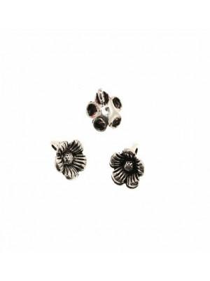 Ciondolo a forma di fiore piccolo, con petali rigati, con anello dietro, 11 mm.