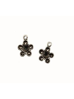 Ciondolo a forma di fiorellino con porta strass centrale (SS19) e 5 petali porta strass (PP28), 13x16 mm.