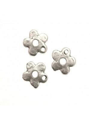 Ciondolo a forma di fiore liscio stilizzato 10 mm.