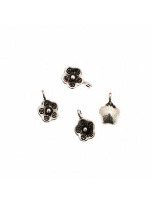 Ciondolo a forma di fiore piccolo, con petali puntinati, con anello, 9 mm.
