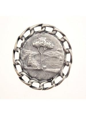 Ciondolo a forma di medaglia con catena attorno e albero 23 mm.