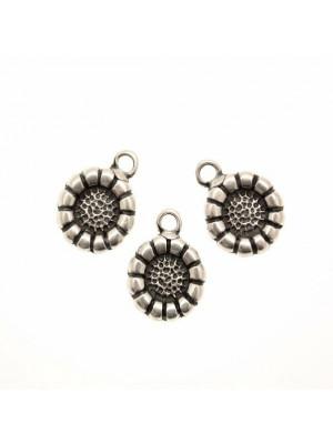 Ciondolo a forma di medaglia lavorata a fiore tondo piatto, 14x18 mm.