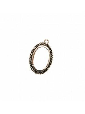 Ciondolo a forma di medaglia ovale forata al centro, lavorata a torciglione nel contorno,18X26 mm.