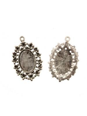 Ciondolo a forma di medaglia ovale piatta al centro, lavorata a fiorellini nel contorno e con un anello, 24x36 mm.