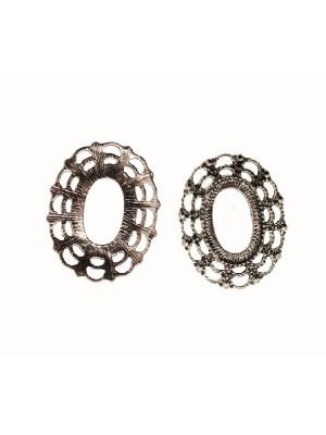 Ciondolo a forma di medaglia ovale piatta e forata al centro, lavorata a doppi mezzi cerchi nel contorno, 25x30 mm.