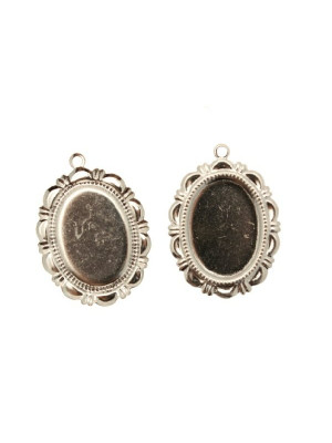 Ciondolo a forma di medaglia ovale piatta al centro, lavorata nel contorno e con un anello, 20x28 mm.
