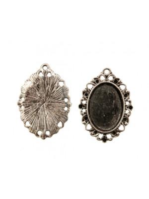 Ciondolo a forma di medaglia ovale piatta al centro, lavorata a riccioli nel contorno e con un anello, 20x28 mm.
