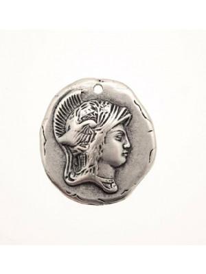 Ciondolo a forma di medaglia irregolare con soldato in rilievo e con 1 foro 32 mm.