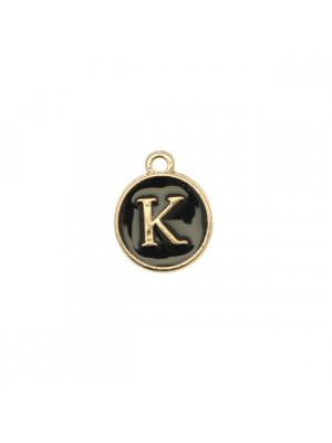 """Ciondolo a forma di medaglia tonda con lettera """"K"""", smaltata Nera, 12x14 mm."""