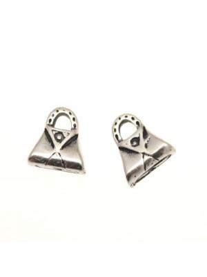 Ciondolo a forma di borsettina triangolare con riporto triangolare 10x8 mm.