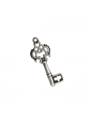 Ciondolo a forma di chiave, con disegno traforato in alto, 12x28 mm.