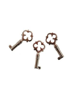 Ciondolo a forma di chiave media con buco a quadrifoglio 14x27 mm.