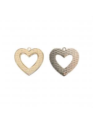 Ciondolo a forma di cuore forato, piatto, con rattan naturale, 31x30 mm.