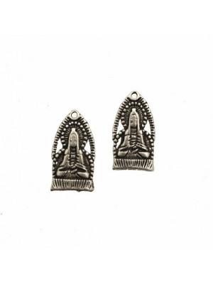 Ciondolo a forma di medaglia con buddha in preghiera, 15x27 mm.